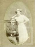 Homem e mulher posando para foto