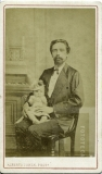 Homem e bebê posando para foto