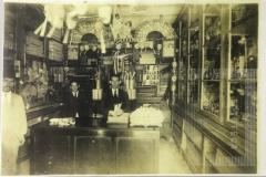 Homens no interior de um comércio