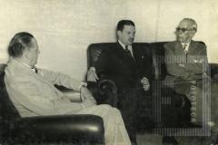 No conselho Penitenciário do Distrito Federal 4 de abril de 1952. Visita dos drs. Loureiro Júnior e Cesar Salgado ao Prof. Lemos Britto