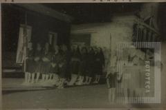 Grupo de mulheres com estandarte