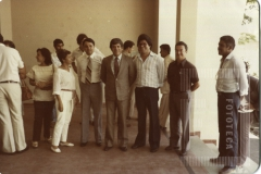 Grupo de pessoas em área coberta do instituto João Gomes de Araújo