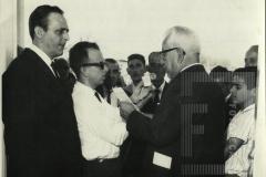 Homem sendo entrevistado na inauguração da Escola José Pinto Pestana
