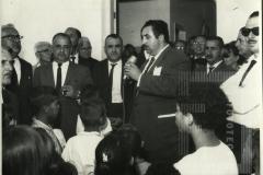 Homem fazendo discurso na inauguração da Escola José Pinto Pestana