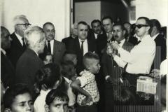 Homem fazendo um pronunciamento na inauguração da Escola José Pinto Pestana