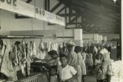 Pessoas fazendo compras no mercado municipal