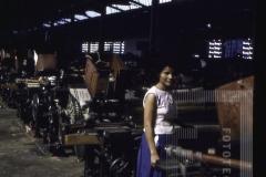 Mulher em interior de Fábrica