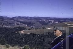 Homem em veículo sobre o vale