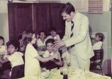 Menina entregando uma rosa para o ex-prefeito Geraldo Alckmin