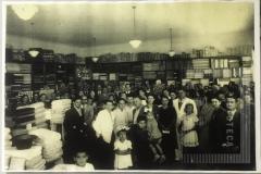 Pessoas no interior de um comércio
