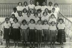 Crianças na escada da escola Dr. Alfredo Pujol